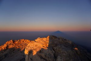 Sombra del Teide sobre el mar de nubes
